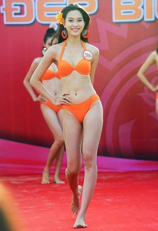 Khuôn mặt của Hoa hậu Đặng Thu Thảo được xem là cân đối, hài hòa nhất trong 15 đời hoa hậu vừa qua. Nhưng người đẹp gốc Bạc Liêu vẫn có những khuyết điểm khó che đi: đó chính là đôi chân cong cùng phần vai hơi gù.