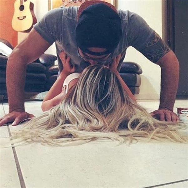 Vừa hít đất vừa hôn người yêu đây nè! Tập thể dục mà cũng tình quá tình đi! (Ảnh: Internet)
