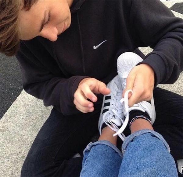 Bạn có biết khoảnh khắc người bạn trai cúi xuống cột dây giày cho bạn nữ là một trong những khoảnh khắc tuyệt vời và hạnh phúc nhất của các cặp đôi?(Ảnh: Internet)