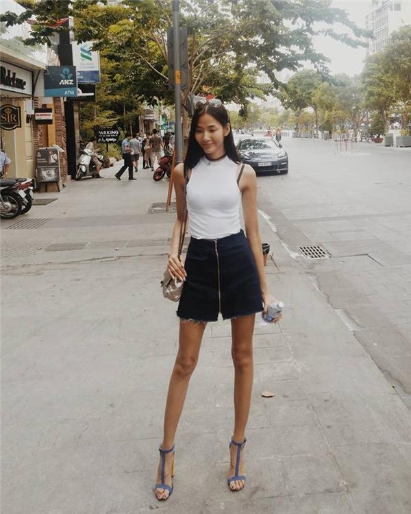 Hoàng Thùy khoe street style năng động với áo crop top và quần váy jeans. - Tin sao Viet - Tin tuc sao Viet - Scandal sao Viet - Tin tuc cua Sao - Tin cua Sao