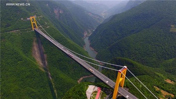 Cầu Siduhe nằm cách vùng 3 hẻm núi nổi tiếng của sông Trường Giang khoảng 80 km về phía nam, thuộc tỉnh Hồ Bắc. Đây là một trong vô số công trình ấn tượng trong 483 km cuối cùng của tuyến đường cao tốc Tây Hurong dài 2.175 km, nối Thượng Hải với Trùng Khánh và Thành Đô.  Ảnh: Xinhua.