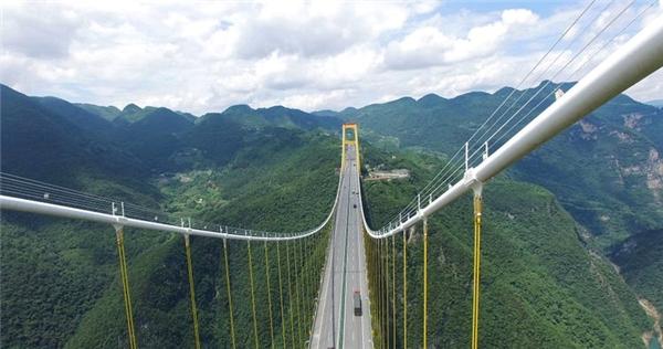 Cây cầu này không chỉ là tuyến đường giao thông, mà còn là một công trình đáng ngưỡng mộ. Từ trên cầu, du khách có thể ngắm nhìn sông Sidu xanh biếc uống lượn qua hẻm núi. Ảnh: Highestbridges.