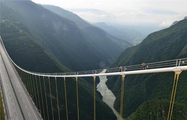 Con người thật nhỏ bé trước công trình khổng lồ này.  Ảnh: Highestbridges.