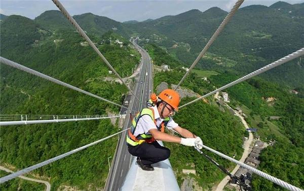 Các kỹ sư bảo trì làm việc trên cầu. Ảnh: Highestbridges.