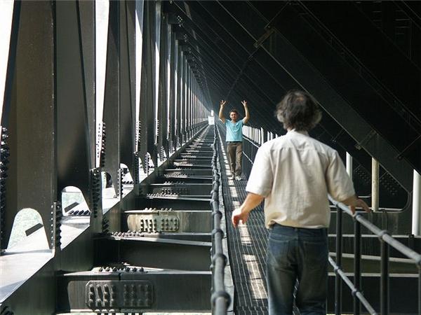 Du khách thích thú tham quan cầu. Ảnh: Highestbridges.