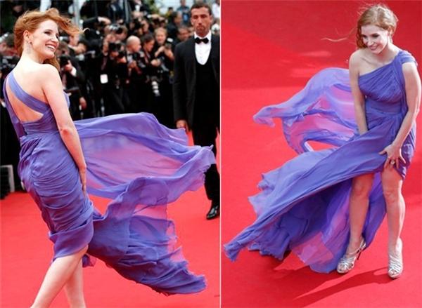 Trang phục cắt xẻ được ưa chuộng trên thảm đỏ vì luôn mang đến vẻ ngoài gợi cảm, nổi bật. Nhưng bạn thấy đấy, Jessica Chastain gần như không thể điều khiển được bộ váy lụa mềm mại khi người một nơi, váy lại bay một nẻo.
