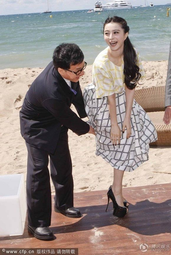 Vào năm 2013, Phạm Băng Băng lại khá xui xẻo khi khoảnh khắc chiếc váy của cô bị gió thổi tung lại lọt vào ống kính của hàng trăm phóng viên. Đây cũng là tai nạn trang phục hiếm hoi của mĩ nhân đẹp bậc nhất châu Á tại Cannes.