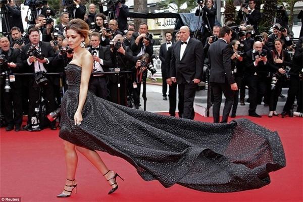 Vào năm 2014, Cheryl Cole dù cố điều khiển mấy nhưng phần chân váy vẫn không hề chạm đất để phô diễn được phom xòe rũ của thiết kế.