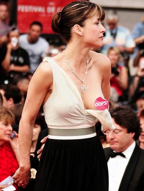 Sophie Marceau trở thành nạn nhân đáng thương trên thảm đỏ Cannes 2005 khi phần ngực váy bất ngờ bị tuột xuống khiến cô lộ rõ vòng 1 trước ống kính phóng viên.