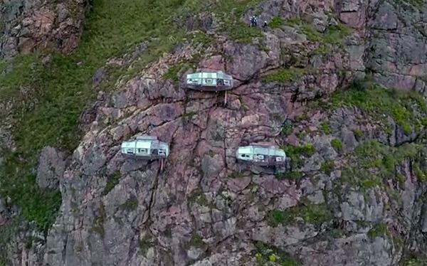 Với những ai mắc bệnh sợ độ cao, chắc chắn sẽ không dám đặt phòng tại khách sạn Skylodge, được xây dựng như 3 lớp vỏ trong suốt ngay cạnh mỏm đá với độ cao 122m so với mặt đất.