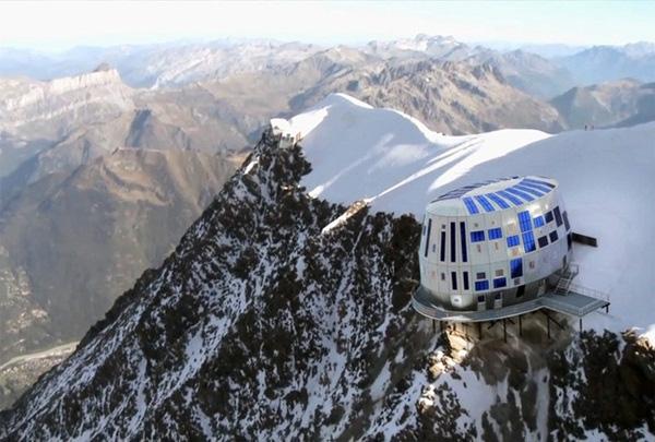 Khách sạn Refuge du Goûter ở Pháp được xây dựng hệt như một con tàu vũ trụ nằm sát ngay vách núi. Đây là một trong những điểm đến phổ biến của các nhà leo núi.