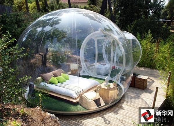 Bubble cũng là một trong những khách sạn nổi tiếng tại Pháp, khi cả căn phòng được xây dựng như quả bong bóng thuỷ tinh, có thể nhìn xuyên thấu cây cỏ và mọi thứ xung quanh.