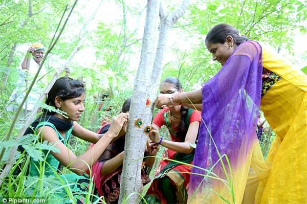 Dần dần ông biến ý tưởng đó thành một phong trào hỗ trợ phụ nữ và phát triển ngôi làng.