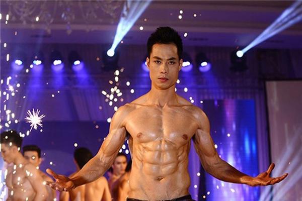 Nguyễn Huy Ngọc đạt giải Quán quân cuộc thi Cơ bụng hoàn hảo - Mr.6 Pack 2013 với thân hình cường tráng hoàn hảo và gương mặt tài tử thu hút sự chú ý của phái nữ. (Ảnh: Tuấn Mark)