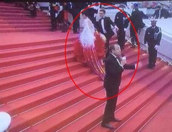 """Với vị trí cuối cùng trên thảm đỏ, Triệu Nhĩ Linh cố tình """"câu giờ"""" để có thêm nhiều hình ảnh đẹp. Sau khi bị MC nhắc nhở, nữ diễn viên vẫn cố tình tạo dáng trong khi hiệu lệnh kết thúc thảm đỏ đã vang lên. Hình ảnh này được trực tiếp trên những kênh truyền thông hàng đầu thế giới khiến khán giả cảm thấy xấu hổ thay cho nữ diễn viên."""