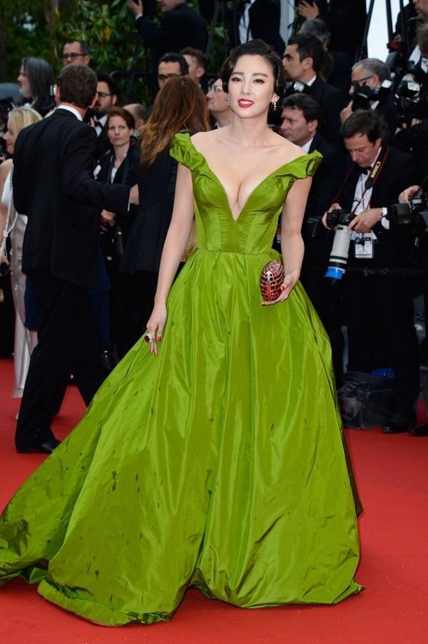 Vào năm 2014, Lý Vũ Kỳ cũng từng rơi vào trường hợp tương tự. Theo chia sẻ của nữ diễn viên, do bộ váy xòe khá cồng kềnh nên cô di chuyển khá lâu chứ không phải cố tình câu giờ.