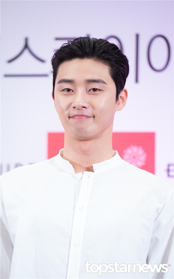 Cận cảnh gương mặt điển trai không tì vết của Park Seo Joon
