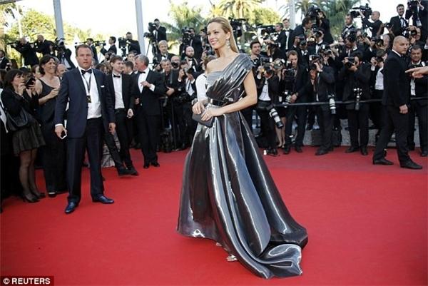 """Với những váy áo dài lượt thượt, không ít lần các mĩ nhân rơi vào tình huống """"dở khóc dở cười"""" trên thảm đỏ Cannes. Mới đây, nữ siêu mẫu kiêm MC người Cộng hòa Séc - Petra Nemcova đã có những """"kỉ niệm""""khó quên khi bất ngờ vồ ếch trên thảm đỏ điện ảnh danh giá hàng đầu thế giới."""