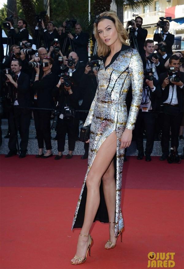 Karlie Kloss khoe chân dài miên man trong bộ váy ánh kim xẻ sâu hút.