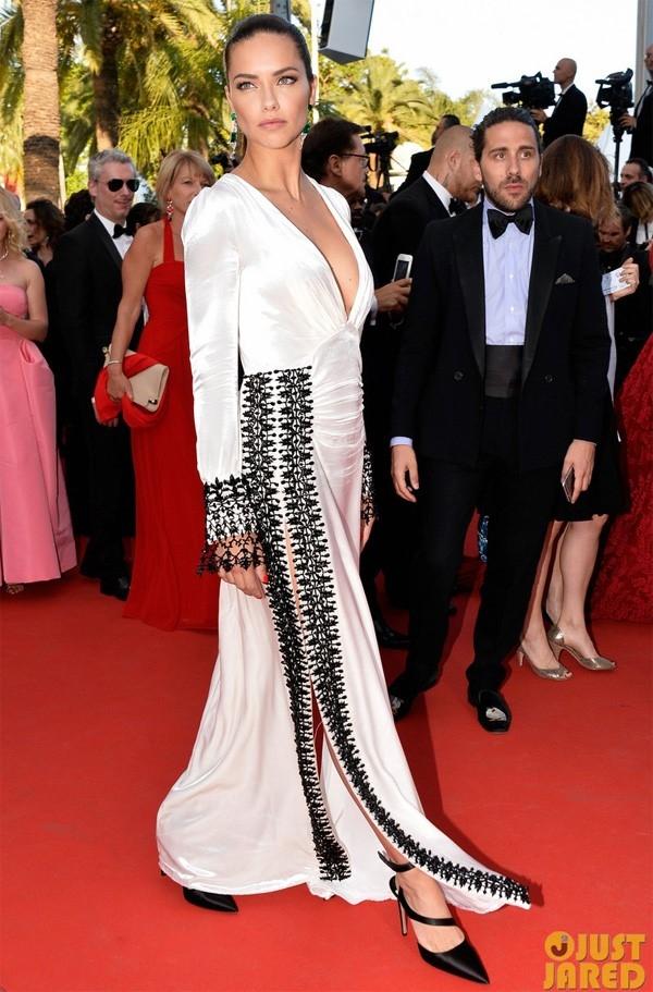 """""""Thiên thần nội y"""" Adrianna Lima diện váy trắng với họa tiết màu đen tương phản. Tuy nhiên, vẻ ngoài của nữ người mẫu không được đánh giá cao."""