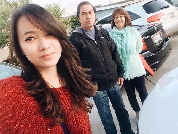 """""""Ca sĩ nhí"""" chụp ảnh cùng bố mẹ tại Mỹ.(Ảnh: Internet)"""