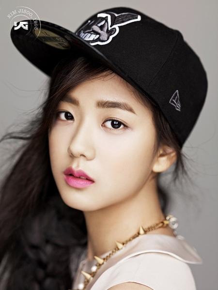 """Ngoài việc là ca sĩ, Kim Ji Soo còn nổi bật với vai trò là người mẫu ảnh. Mặc dù chưa từng debut, độ """"hot' của cái tên Kim Ji Soo đã khiến nhiều thương hiệu thời trang săn lùng."""