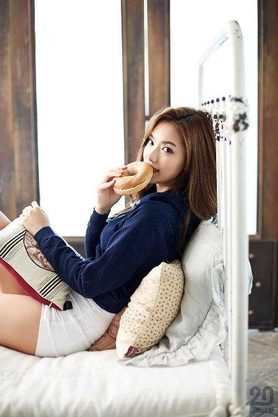 Trong loạt ảnh mới nhất của YG, Kim Ji Soo có phần trưởng thành, gợi cảm hơn.