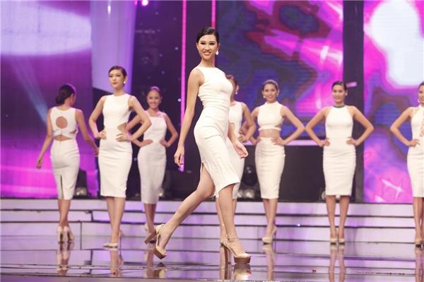 Ở phần mở màn, 14 cô gái trình diễn bộ sưu tập mới của nhà thiết kế An Nhiên với sắc trắng làm chủ đạo. Cách thức trình diễn, dàn dựng đội hình của các cô gái thực sự khiến khán giả vô cùng bất ngờ xen lẫn thích thú.