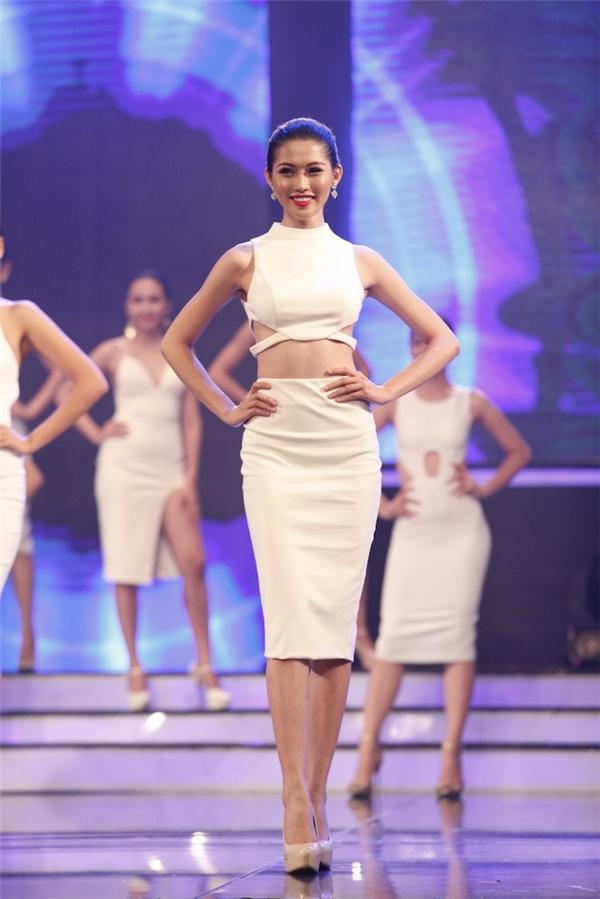 Quỳnh Châu gợi cảm với crop-top kết hợp chân váy bút chì.