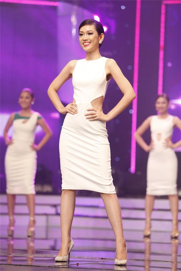 Phương Linh tự tin trình diễn bộ váy khoét eo.