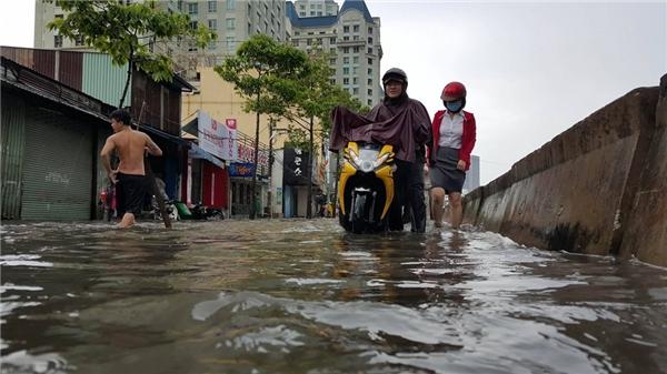 """Đường Nguyễn Hữu Cảnh (quận Bình Thạnh) được xem là """"rốn ngập"""" của thành phố sau các cơn mưa lớn."""