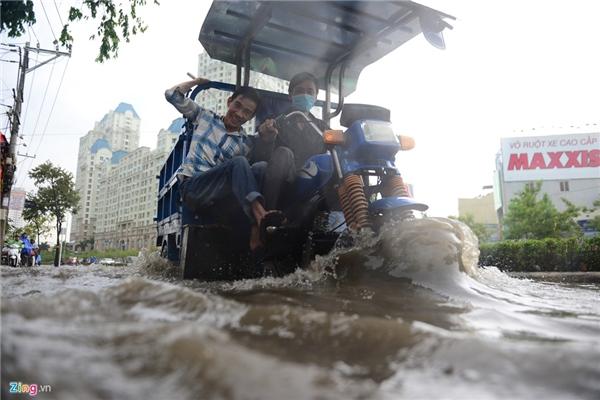 Một chiếc 3 gác tăng tốc qua đoạn ngập nước.
