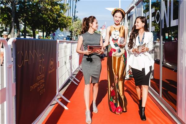 Dàn sao dọn chỗ cho Angela Phương Trinh tạo dáng trên thảm đỏ Cannes - Tin sao Viet - Tin tuc sao Viet - Scandal sao Viet - Tin tuc cua Sao - Tin cua Sao
