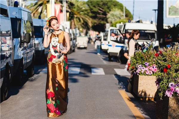 Angela Phương Trinhxuất hiện khá đơn giản nhưng vô cùng độc đáo, đặc sắc. Nữ diễn viên diện váy suông giấu đường cong kết hợp khăn vấn như phụ nữ miền Bắc thời xưa. - Tin sao Viet - Tin tuc sao Viet - Scandal sao Viet - Tin tuc cua Sao - Tin cua Sao