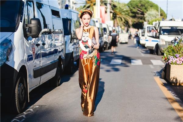 Nữ diễn viên xinh đẹp tự tin thả dáng ngọc ngà trên đường phốthu hút sự chú ý của nhiều người. - Tin sao Viet - Tin tuc sao Viet - Scandal sao Viet - Tin tuc cua Sao - Tin cua Sao