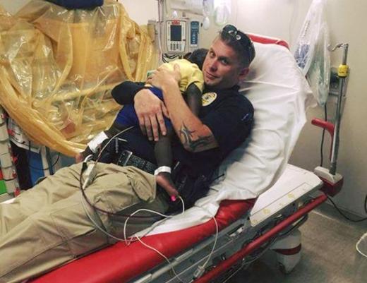Cảnh sát James Hurst ôm vỗ về bé trai được dân mạng thế giới tán dương.