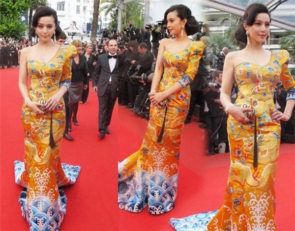 Điều này làm gợi nhớ đến hình ảnh của Phạm Băng Băng trên thảm đỏ Cannes 5 năm về trước với bộ váy long bào đậm chất văn hóa truyền thống Trung Hoa. - Tin sao Viet - Tin tuc sao Viet - Scandal sao Viet - Tin tuc cua Sao - Tin cua Sao