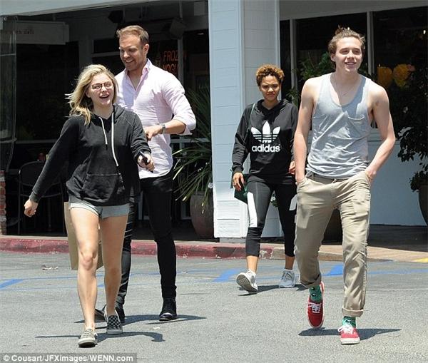 Brooklyn khoe cơ bắp nam tính không kém bố Beck khi hẹn hò Chloe