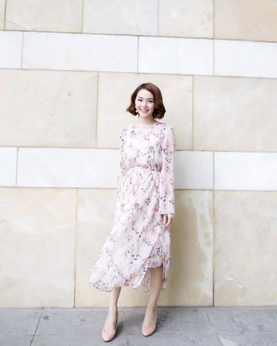 Minh Hằng ngọt ngào, điệu đà với váy hoa trên nền chất liệu voan lụa mềm mại. Mái tóc uốn xoăn theo phong cách cổ điển càng giúp cô nàng trông thu hút, quyến rũ hơn.