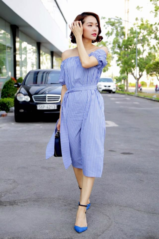 Sắc xanh ngọt ngào như thu trọn cả không gian mây trời của mùa hạ vào trong chiếc váy trễ vai của Minh Hằng. Mốt trang phục này đang được các cô gái ưa chuộng bởi sự gợi cảm nhưng vẫn thanh lịch, kín đáo.