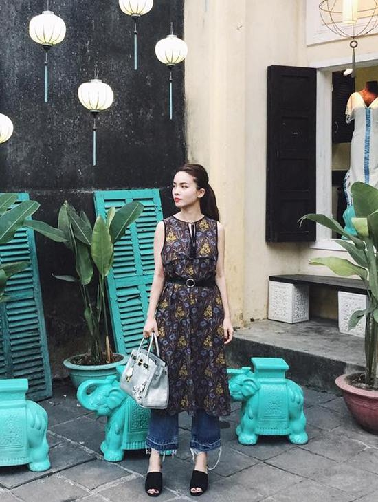 Yến Trang mang đến vẻ ngoài mới lạ, độc đáo khi phối váy hoa cùng quần jeans denim ống loe cổ điển.