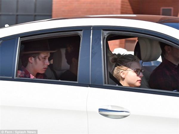 Cặp đôi được đón đi bởi tài xế riêng