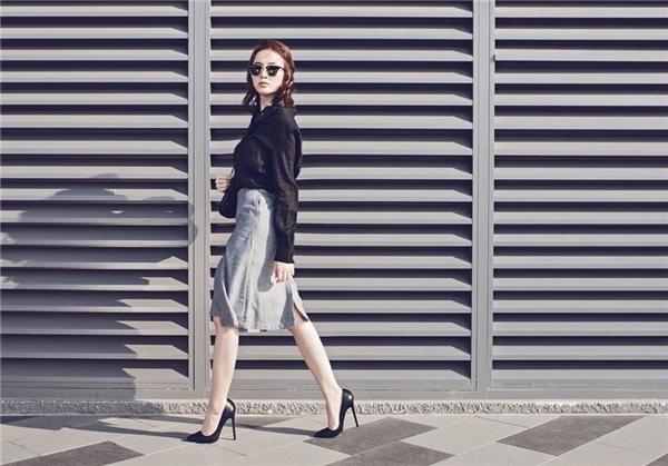 Rũ bỏ vẻ ngoài năng động, trẻ trung thường thấy, Angela Phương Trinh thể hiện sự thanh lịch qua chân váy phối cùng áo sơ mi truyền thống. Thay vào giày cao gót của nữ diễn viên, các cô gái có thể đi sandal hoặc giày thể thao cá tính. Cách mix match mới lạ này chắc chắn sẽ mang đến nhiều cảm xúc thú vị cho bạn đấy.