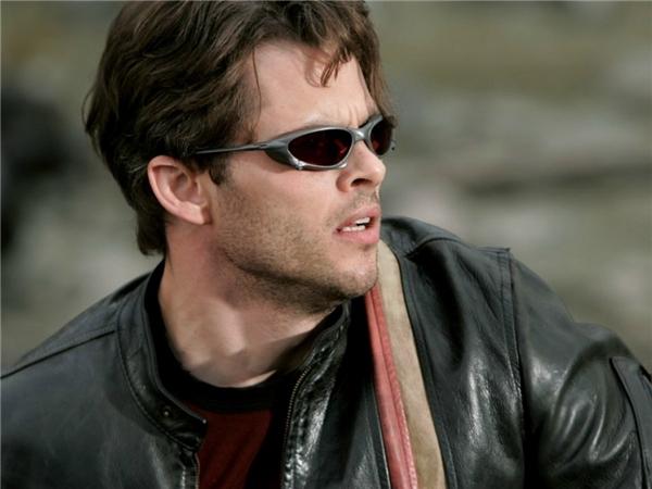 """James Marsden, Tye Sheridan vai Scott Summers/Cyclops: Giống như Wolverine, Cyclops cũng xuất hiện từ tập X-Men đầu tiên dưới vai trò thủ lĩnh của nhóm dị nhân. Nhưng khi ấy, người ta chỉ nhớ đến nhân vật của James Marsden chủ yếu với vai trò """"tình địch"""" của """"người chồn"""" trong mối tình tay ba với Jean Grey."""