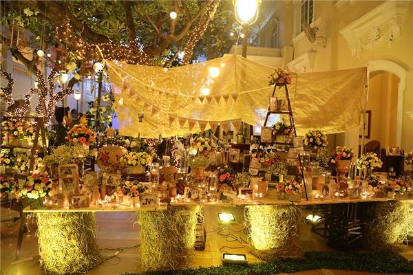 Không gian tiệc cưới được trang trí khá lãng mạn với hoa và ánh đèn led lấp lánh. - Tin sao Viet - Tin tuc sao Viet - Scandal sao Viet - Tin tuc cua Sao - Tin cua Sao