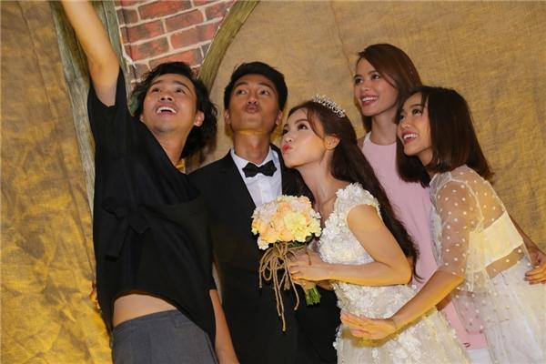 Cặp đôi chụp ảnh nhắng nhít cùng bạn bè - Tin sao Viet - Tin tuc sao Viet - Scandal sao Viet - Tin tuc cua Sao - Tin cua Sao