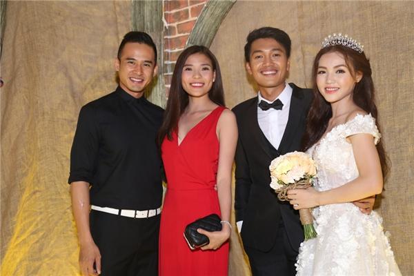 Cặp đôi vui vẻ chụp ảnh cùng cô dâu Linh Phi và chú rể Quang Tuấn - Tin sao Viet - Tin tuc sao Viet - Scandal sao Viet - Tin tuc cua Sao - Tin cua Sao