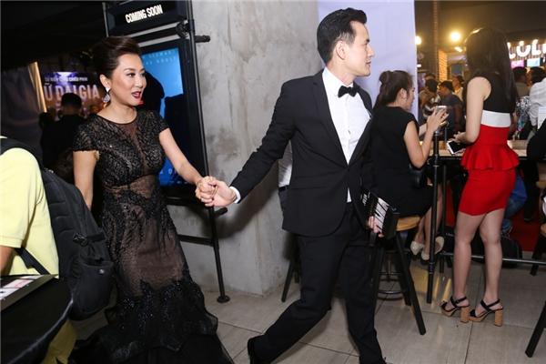 """MC Kỳ Duyên cùng bạn trai """"tay trong tay"""" đến buổi ra phim Nữ đại gia do cô đảm nhận vai chính. - Tin sao Viet - Tin tuc sao Viet - Scandal sao Viet - Tin tuc cua Sao - Tin cua Sao"""