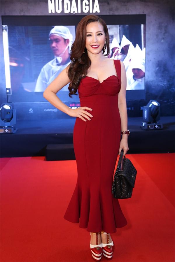 Hoa hậu Thu Hoài nổi bật với chiếc đầm đỏ - Tin sao Viet - Tin tuc sao Viet - Scandal sao Viet - Tin tuc cua Sao - Tin cua Sao