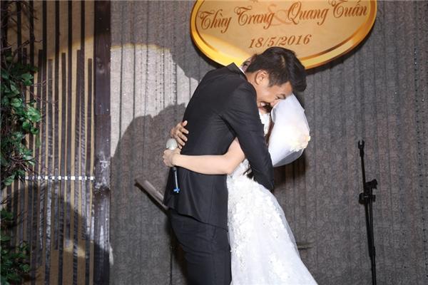 """Chú rể Quang Tuấn ôm hôn cô dâu đầy tình cảm với gương mặt không thể """"nhắng"""" hơn. - Tin sao Viet - Tin tuc sao Viet - Scandal sao Viet - Tin tuc cua Sao - Tin cua Sao"""